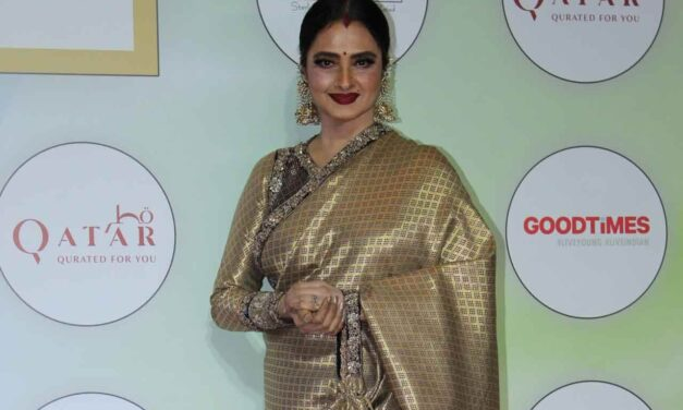 "Rekha on posing next to Big B pic: ""Yahaan danger zone hai"""